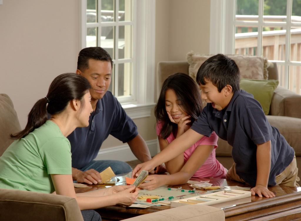 Una familia disfrutando mogollón del monopoly