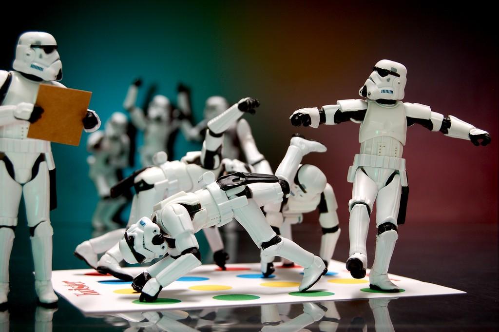 Stormtroopers pasándolo en grande con el twister